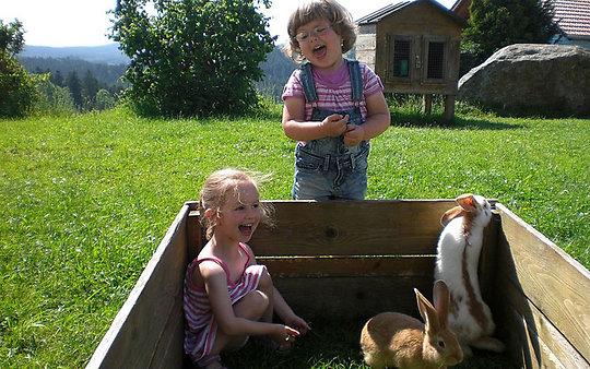 Bauernhof mit Kinder und Tiere